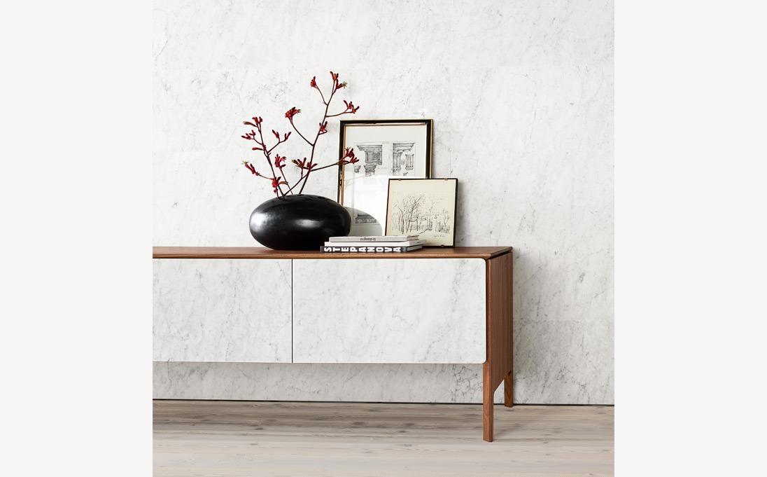Mobile Neos, legno massello Noce, frontali marmo Bianco Carrara