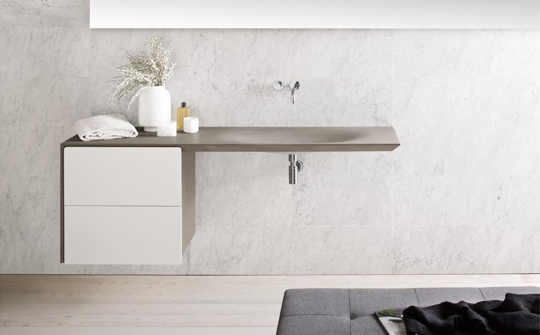 Mobile a muro Neos con lavabo integrato, finitura Pearl silk, frontali pietra Pat Grey