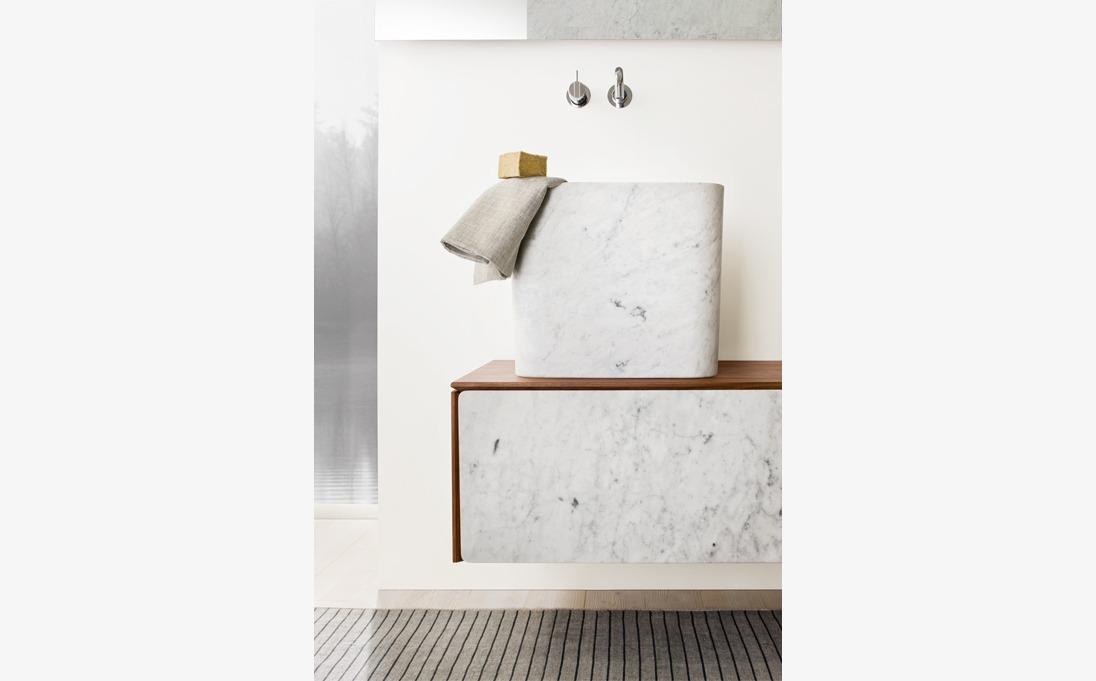 Mobile a muro Neos, legno massello Noce, frontali marmo Bianco Carrara